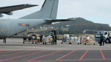 Miembros del Ejército del Aire y de la Guardia Civil desembarcando en el aeropuerto de Tenerife Norte