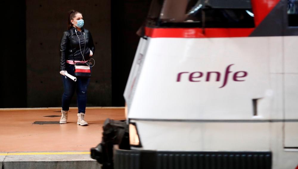 Una mujer entrando a un tren en plena crisis por coronavirus