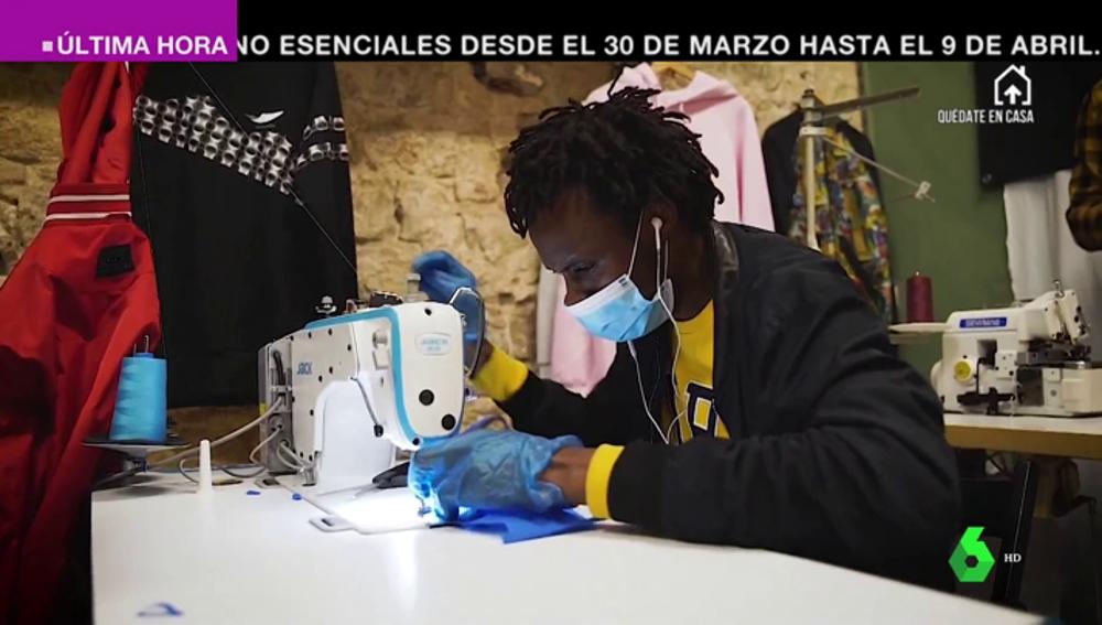 Los manteros se unen a la lucha contra el coronavirus: fabrican material sanitario y crean un banco de alimentos