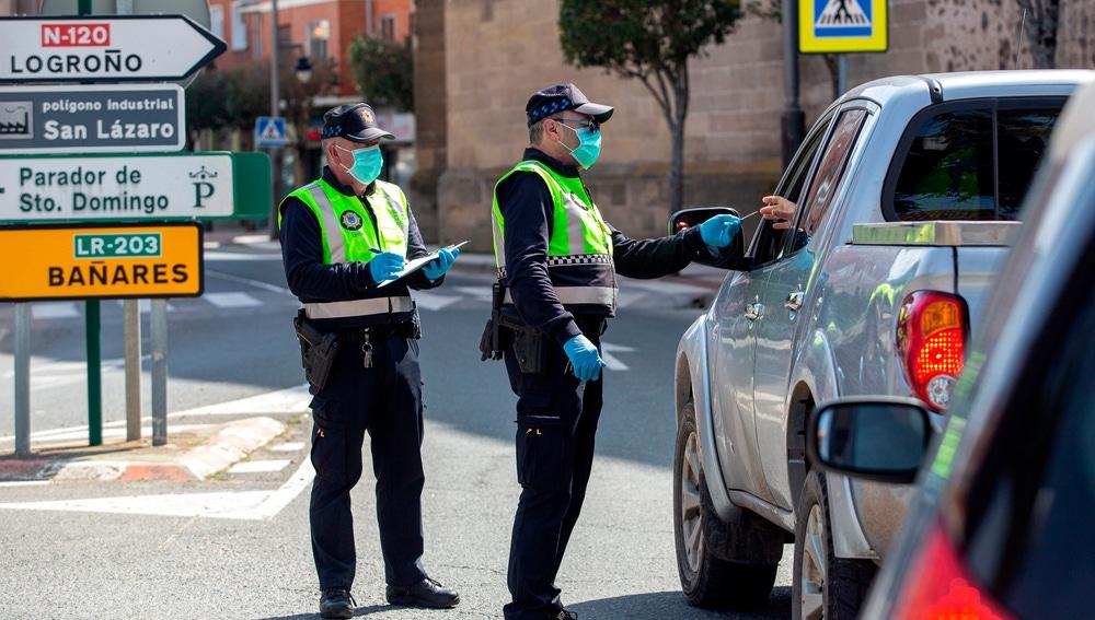 La policía local pide documentación a un conductor en Santo Domingo de la Calzada