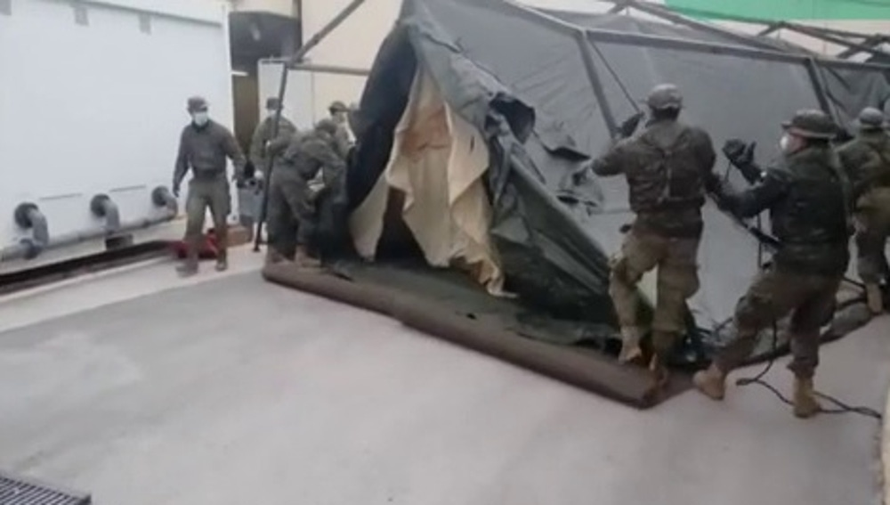 Militares instalando el hospital de campaña junto al Gregorio Marañón