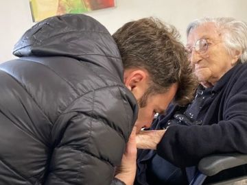 Fonsi Nieto, junto a su abuela