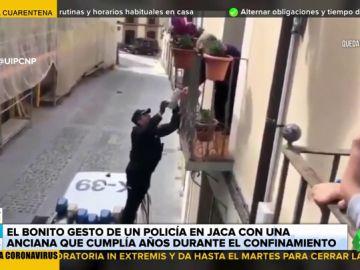 El bonito gesto de un policía de Jaca con una anciana el día de su cumpleaños