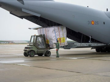 Personal del Ejercito del Aire descargando el avión con material procedente de China