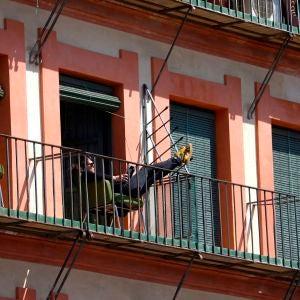 Un hombre toma el sol y lee en un balcón en Córdoba, durante la cuarentena