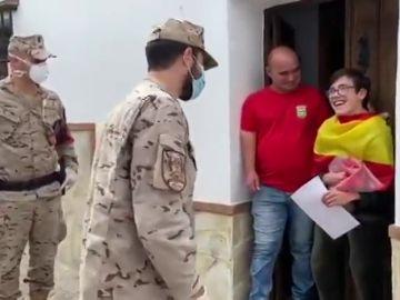 La Armada homenajea a un joven con parálisis cerebral en Cádiz