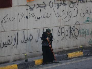 Una mujer mira al suelo durante una protesta en Irak
