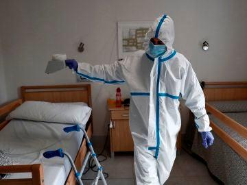 Un operario trabaja en la desinfección con ozono de la residencia Casablanca, en el barrio madrileño de Villaverde