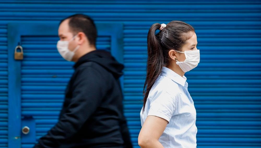 Ciudadanos pasean en Asunción (Paraguay) con mascarillas