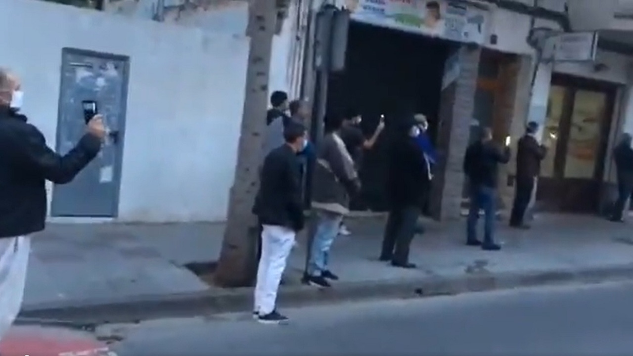 Imagen de un grupo de personas en la calle en Tarragona pese al estado de alarma
