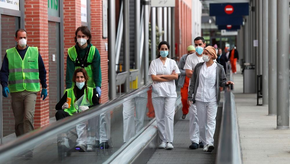 Sanitarios de los hospitales de campaña instalados en los pabellones 5 y 9 de Ifema
