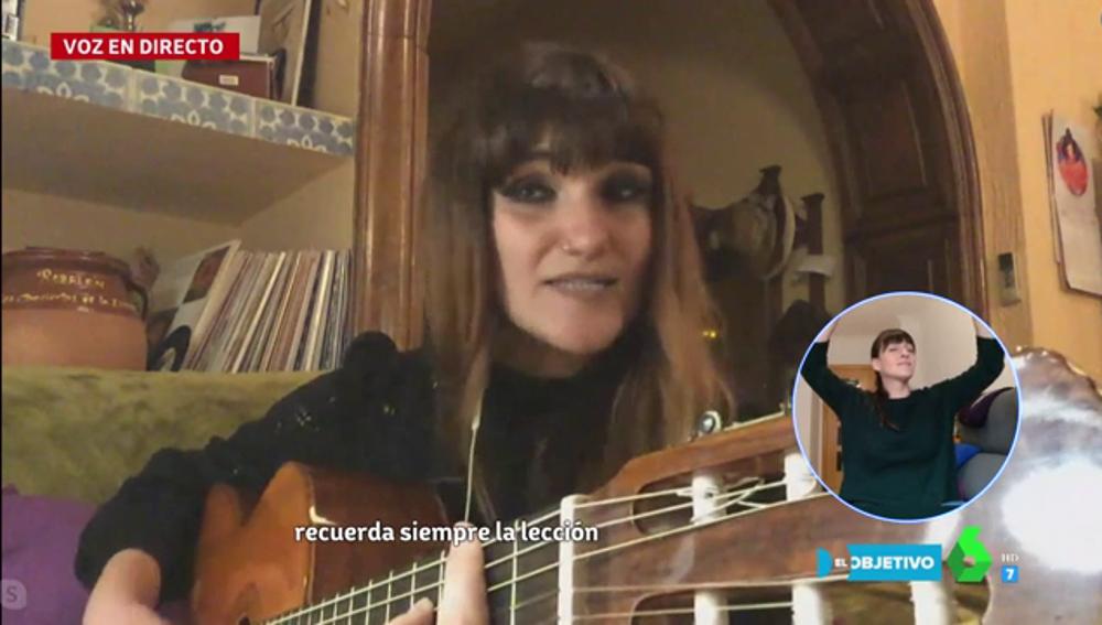 Una emocionada Rozalén interpreta en directo 'Aves enjauladas'
