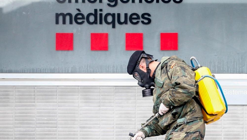 Miembros del Ejercito de Tierra trabajan desinfectando los alrededores del Hospital Trias i Pujol (Can Ruti ) de Badalona (Barcelona)