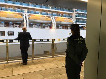 Agentes de la Guardia Civil supervisan el desembarco en el puerto de Barcelona