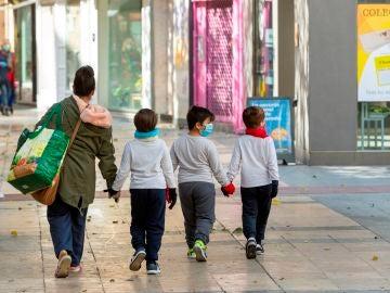 Fotografía de archivo de una madre y sus hijos en Zaragoza
