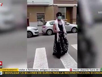Un hombre se salta el confinamiento para bajar a la calle disfrazado de flamenca y bailar sevillanas