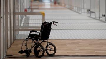 Una silla de ruedas vacía en uno de los pabellones de Ifema