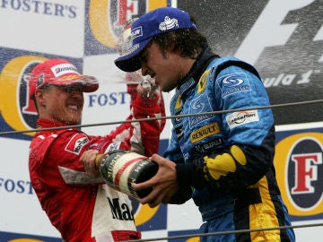 Fernando Alonso, con Michael Schumacher en el podio de Imola