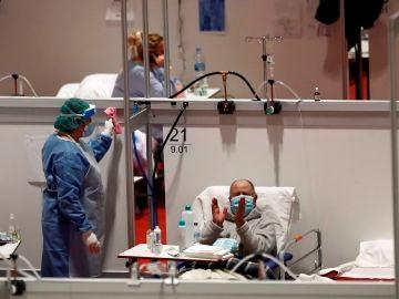 Un paciente del hospital provisional de Ifema aplaude la lectura del Quijote