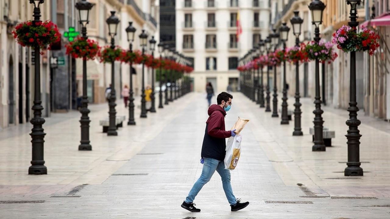 Una persona camina por la calle Larios, en Málaga