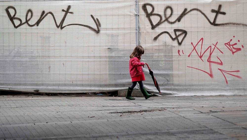 Una niña pasea por Córdoba