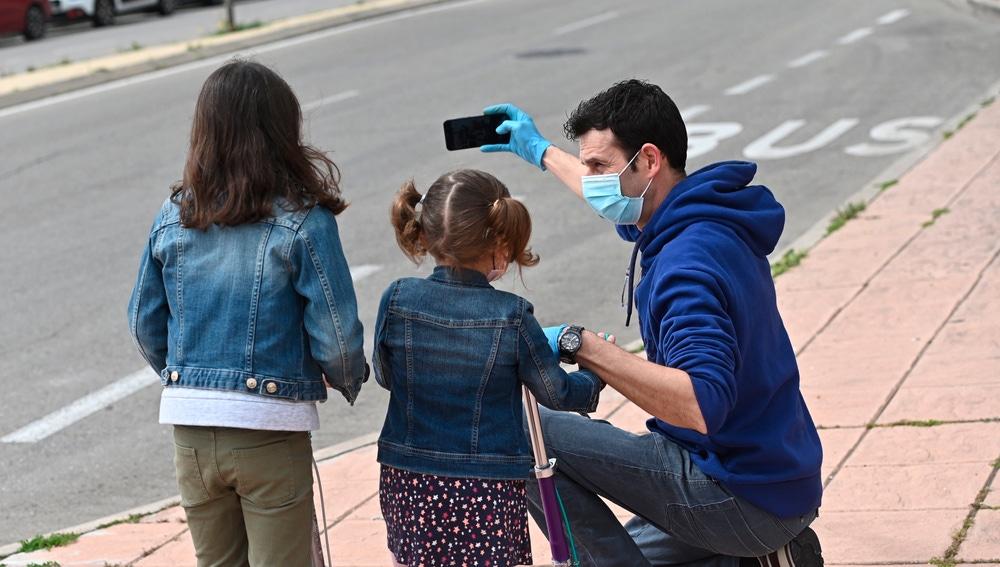 Un hombre se hace una foto con sus hijos