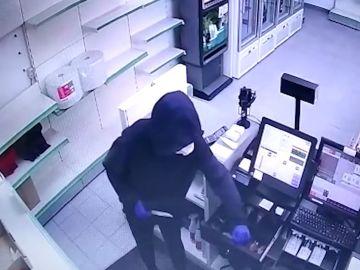 Los ladrones atracaban a los empleados de los establecimientos con cuchillos jamoneros.