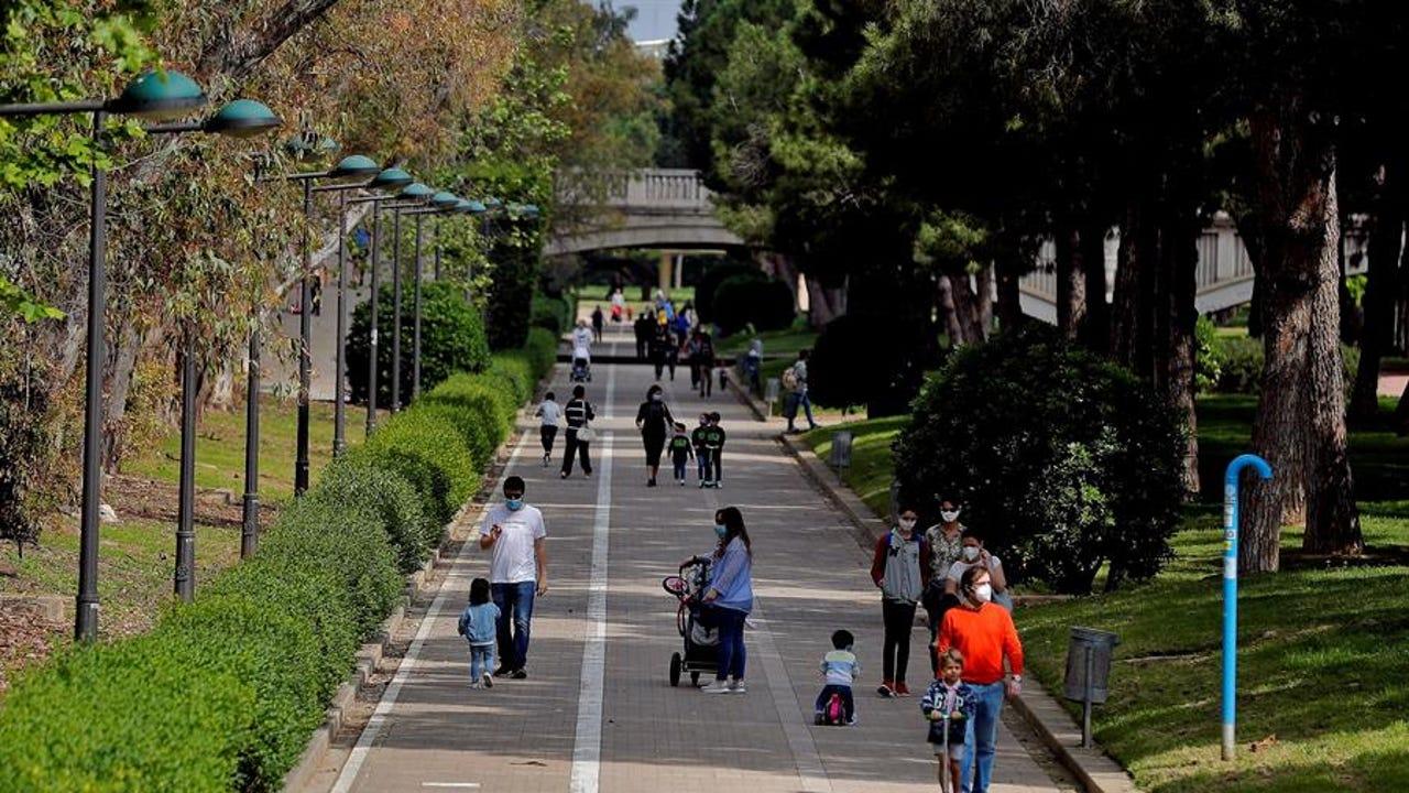 Familias paseando en el parque Jardín del Turia de Valencia