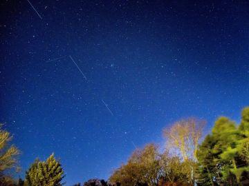 Satélites Starlink en el cielo sobre Svendborg, Dinamarca