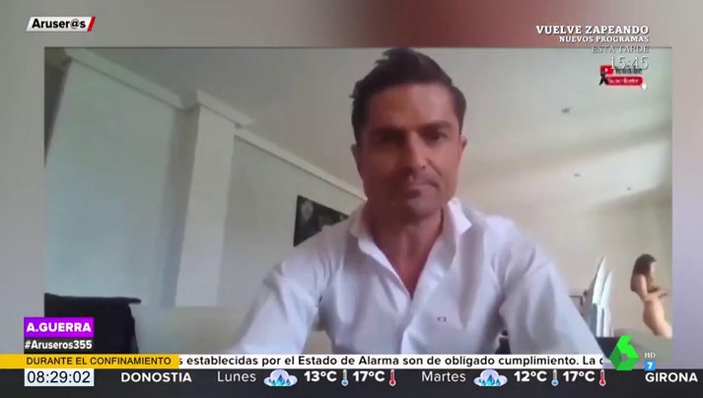 La viral pillada a Alfonso Merlos: una chica en ropa interior, que no es Marta López, aparece por detrás de él en un vídeo