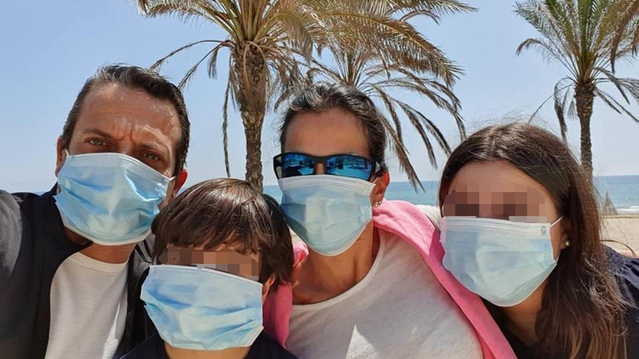 La concejala de Vox, Gema Aleman, junto a su marido y sus hijos durante el paseo.