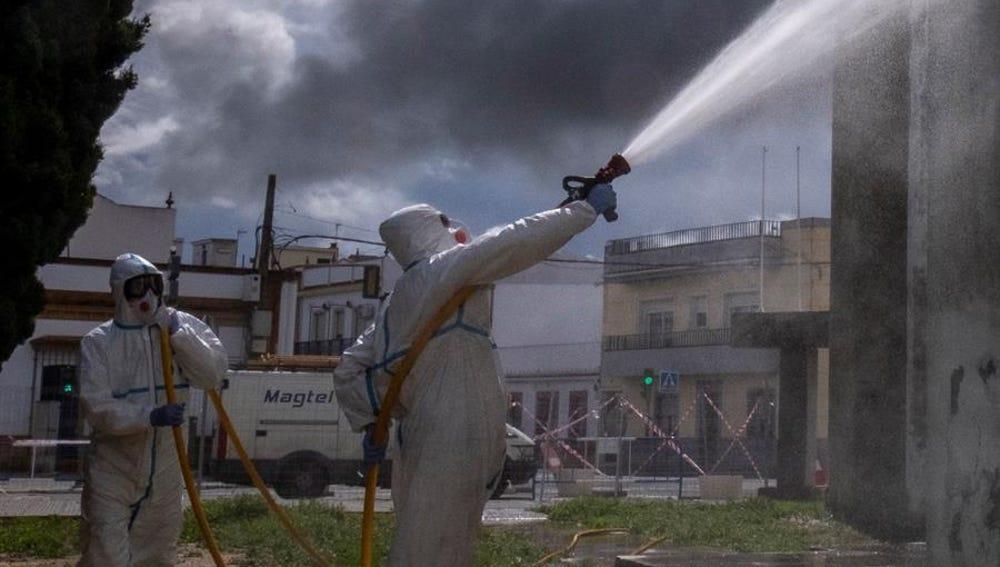 Miembros del Infoca realizan labores de desinfección