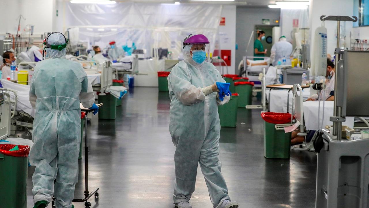 Personal sanitario en una planta del Hospital Puerta de Hierro.