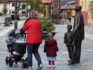 Una familia pasea por la plaza de la Catedral de León