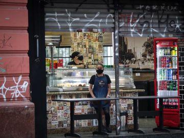 Empleados de una tienda de alimentos con mascarilla.