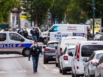 Detenido un hombre por arrollar a tres policías con un vehículo en Colombes, cerca de París.
