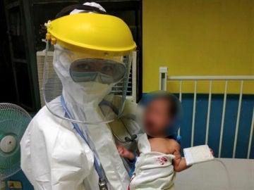 El pequeño Kobe, en brazos de un miembro del equipo médico que le trató por coronavirus