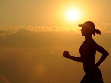 Una mujer sale a correr al atardecer