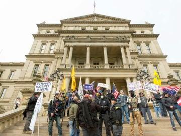 Manifestantes protestan en el Capitolio de Michigan