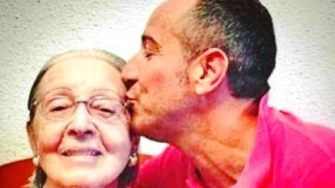 Imagen de Víctor Sandoval con su madre