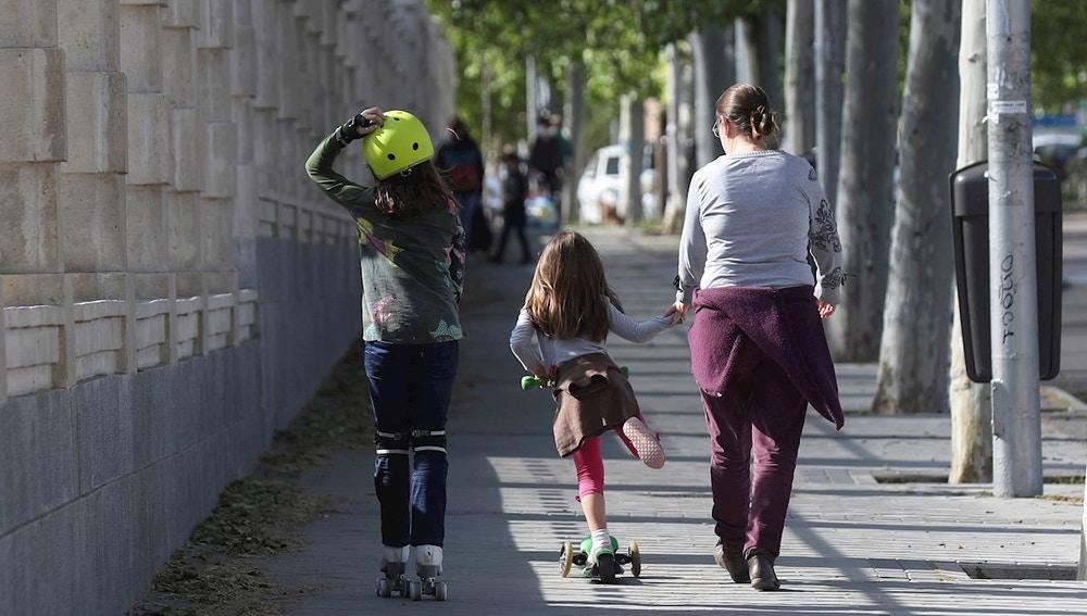 Imagen de una mujer con dos menores