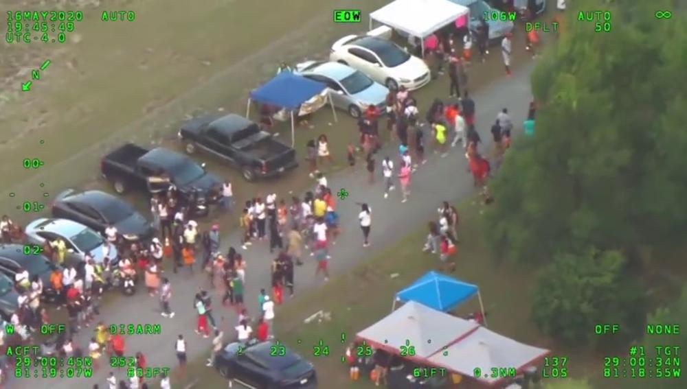 Miles de personas incumplen el distanciamiento social por el COVID-19 en una fiesta masiva y violenta en Florida
