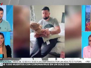 El conmovedor momento en el que una mujer regala a su marido un oso de peluche con la voz de su hija fallecida