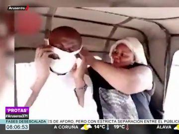 El desagradable momento en el que una mujer pone sus bragas a modo de mascarilla a su marido para montar en un taxi