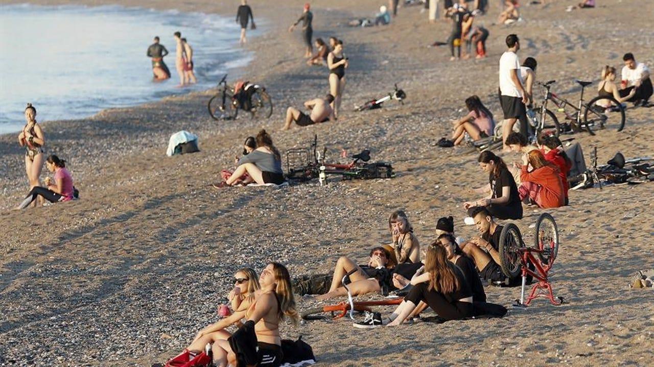 Ambiente en la playa de la Barceloneta a primera hora de este jueves