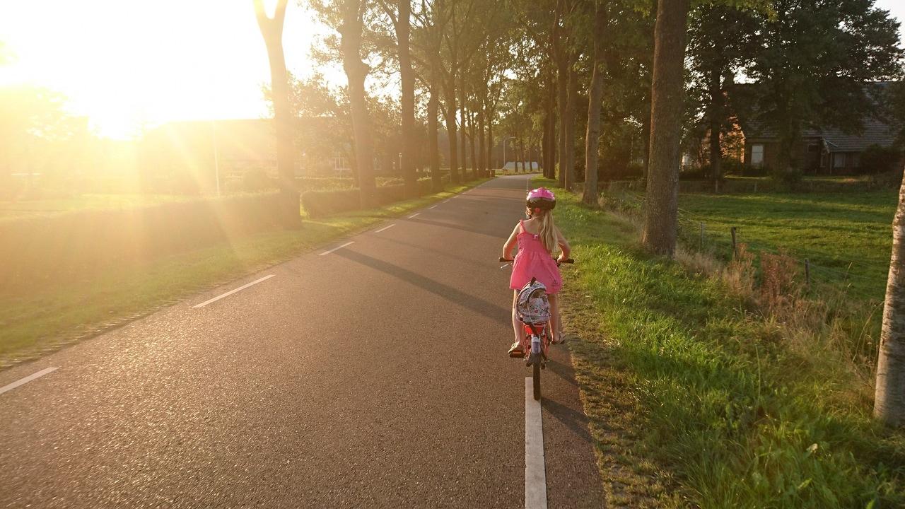 Una niña en bicicleta
