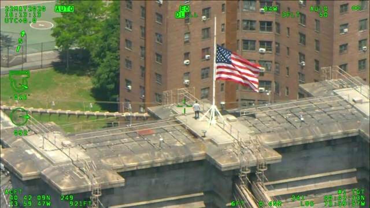 Imagen del hombre rescatado en el puente de Brooklyn