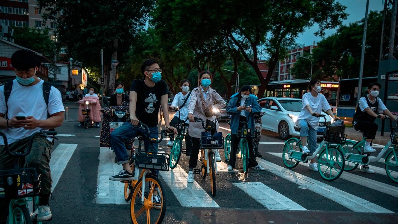 Un grupo de personas circulan en bicicleta