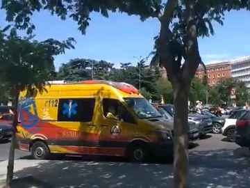 Una ambulancia, atrapada en mitad de las manifestaciones de Vox contra el Gobierno