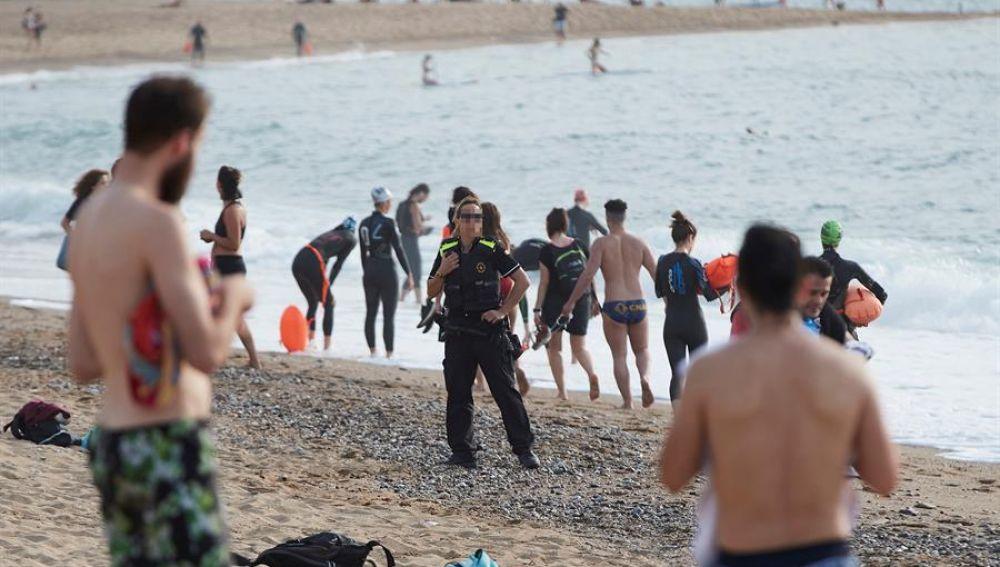 Los mossos d'Esquadra avisan de las actividades prohibidas en la playa de la Barceloneta